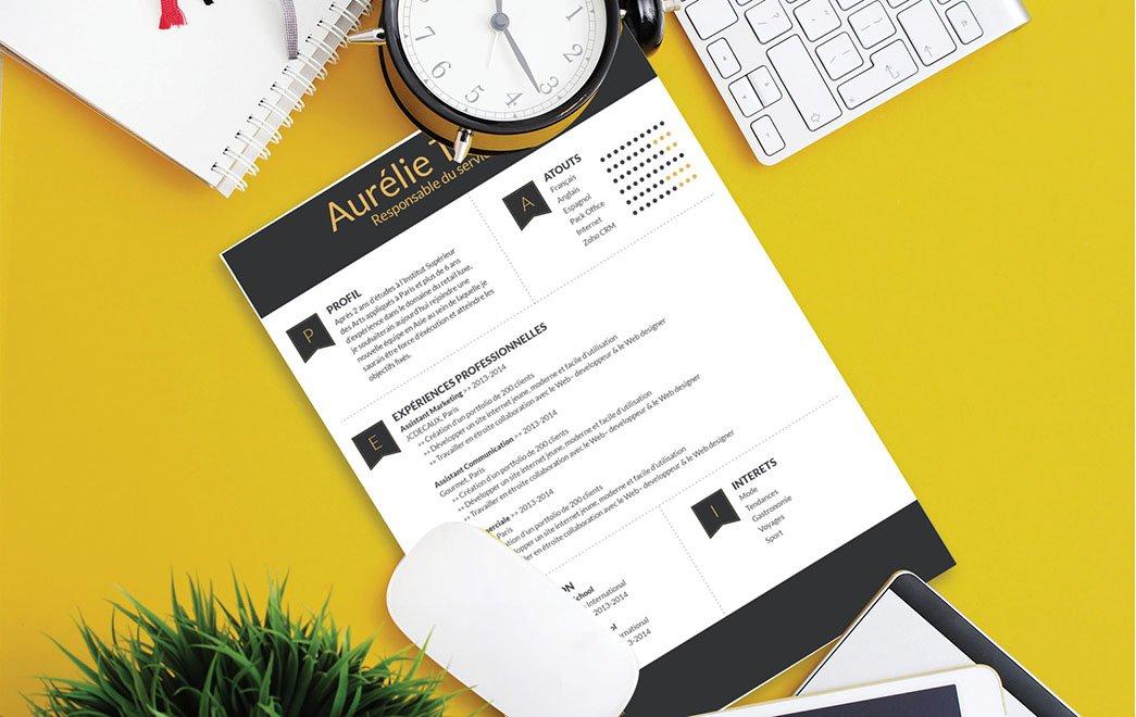 Un curriculum vitae avec un en-tête et un pied de page en bande noire pour répertorier les informations les plus importantes.